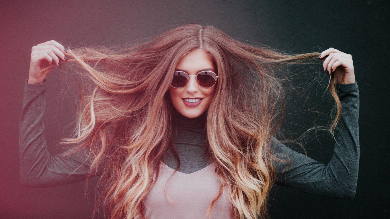 Kobieta z długimi, gęstymi włosami.