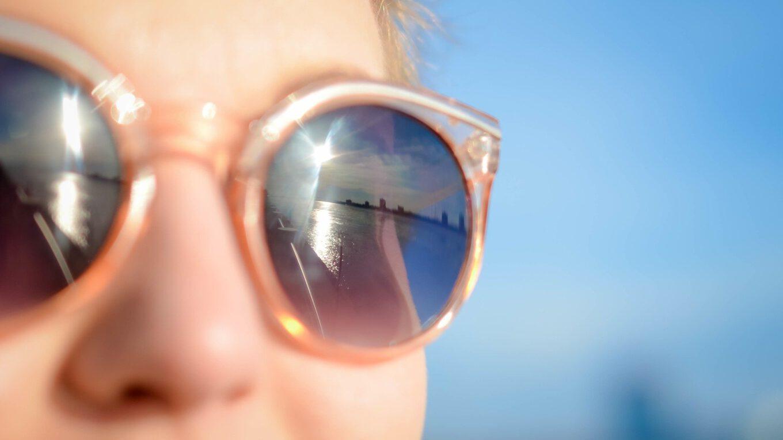 Kobieta w okularach słonecznych